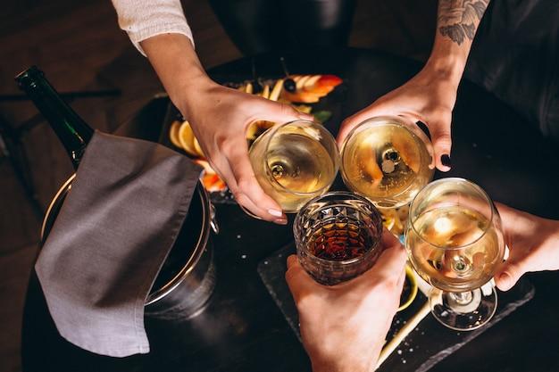 Le mani maschii e femminili si chiudono su con i cocktail Foto Gratuite