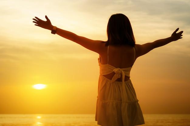 Le mani umane aprono il palmo verso l'adorazione. la terapia eucaristica benedica dio aiutando il pentimento cattolico pasquale prestato mente pregare. Foto Premium