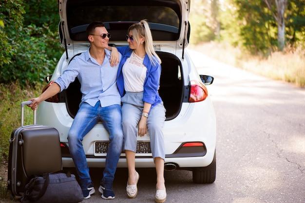 Le migliori amiche che si divertono a viaggiare in macchina Foto Premium