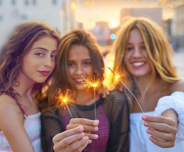 Le migliori amiche ragazze adolescenti con stelle filanti Foto Premium