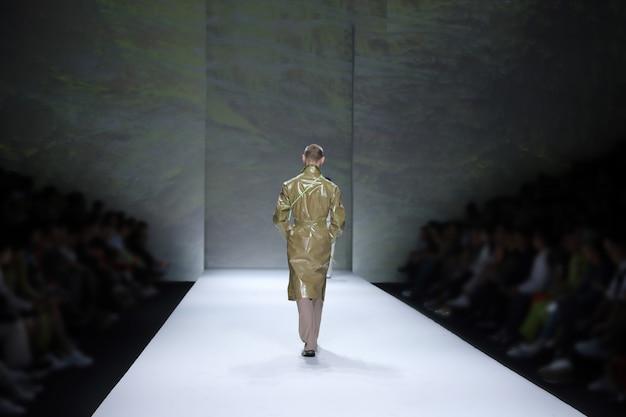 Le modelle tornano indietro alla finale sulla pista della pista durante la settimana della moda Foto Premium