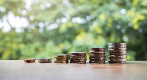 Le monete impilano, risparmiando i soldi crescenti per l'idea di concetto di affari e finanziaria Foto Premium