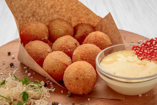 Le palle di fried mac e del formaggio sono servito con ketch su, fuoco selettivo Foto Premium