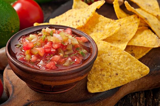 Le patatine fritte e la salsa messicane del tuffo si tuffano in ciotola Foto Gratuite
