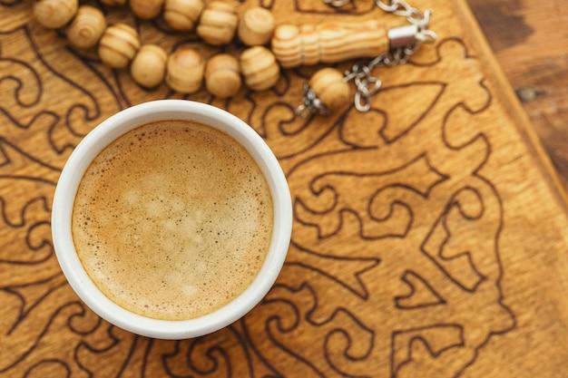 Le perle religiose orientali si chiudono su su una tavola di legno Foto Premium