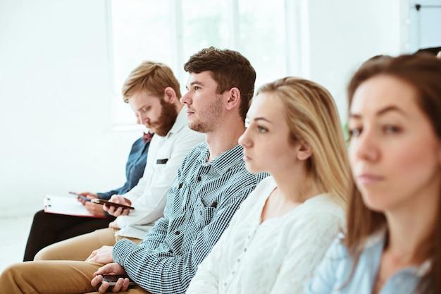 Le persone al business meeting nella sala conferenze. Foto Gratuite