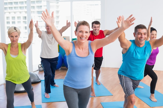 Le persone che esercitano in ginnastica Foto Premium