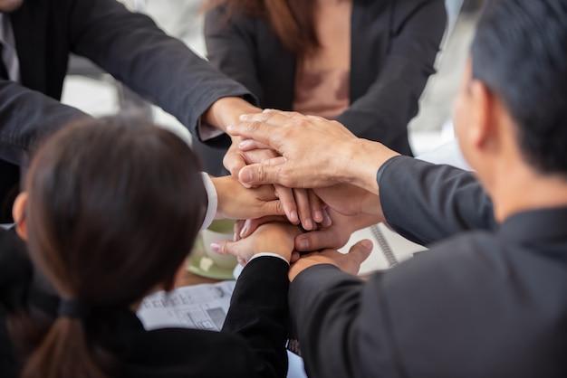 Le persone che uniscono le mani dimostrano il lavoro di squadra. Foto Premium