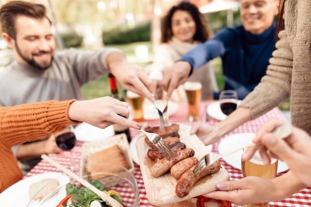 Le persone felici trascorrono del tempo insieme agli amici. Foto Premium