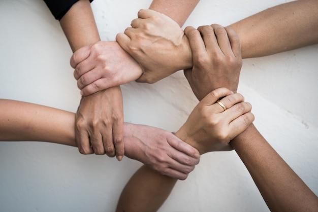 Le persone hanno unito le mani nel lavoro di squadra. Foto Premium