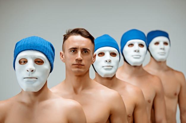 Le persone in maschera e un uomo senza maschera Foto Gratuite