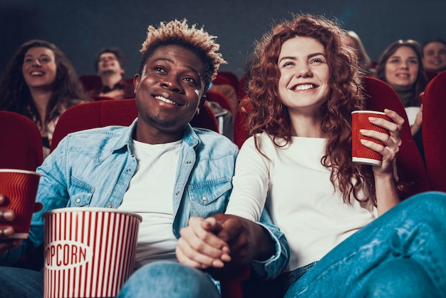 Le persone innamorate che guardano film in cinema. Foto Premium