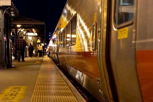 Le persone nella stazione ferroviaria di notte Foto Gratuite