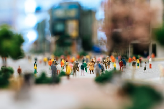 Le persone piccole o piccole camminano su molte strade. Foto Gratuite