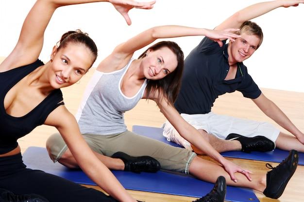Le persone raggruppano facendo esercizi di fitness Foto Gratuite