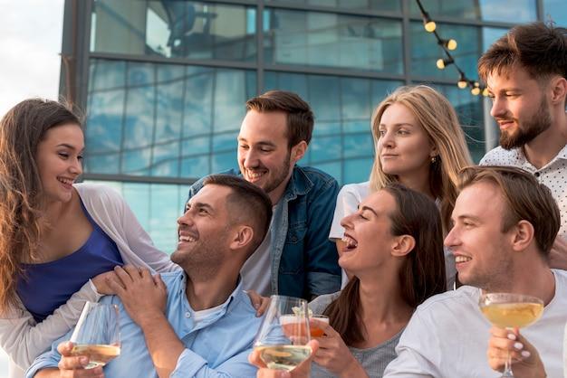 Le persone si divertono a una festa Foto Gratuite