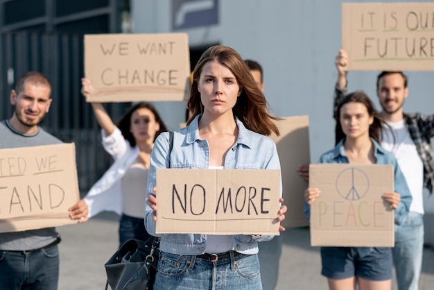 Le persone si radunano per la pace nel mondo Foto Gratuite