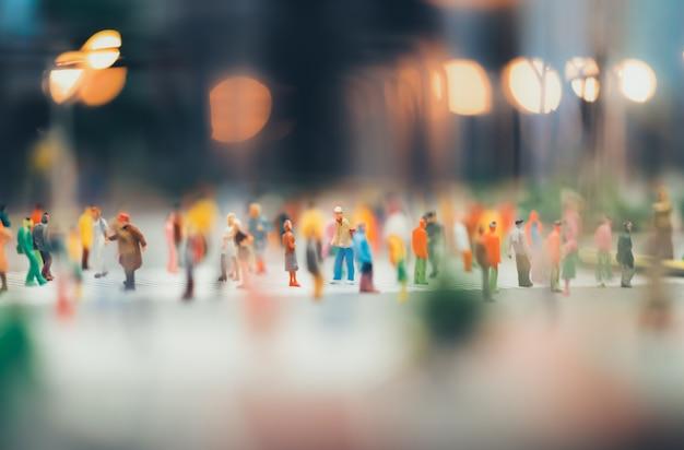 Le persone si stanno muovendo attraverso il passaggio pedonale della città Foto Premium