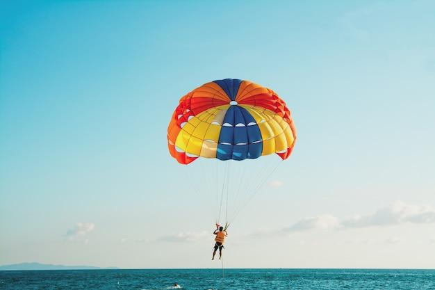Le persone stanno facendo parasailing sulla spiaggia di pattaya. Foto Premium