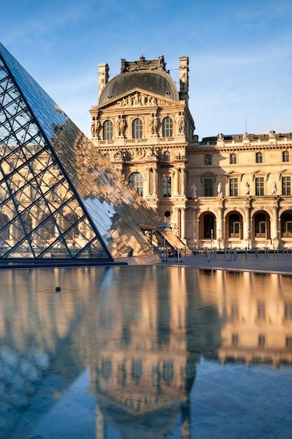 Le piramidi e il luvre si riflettono nella fontana Foto Premium
