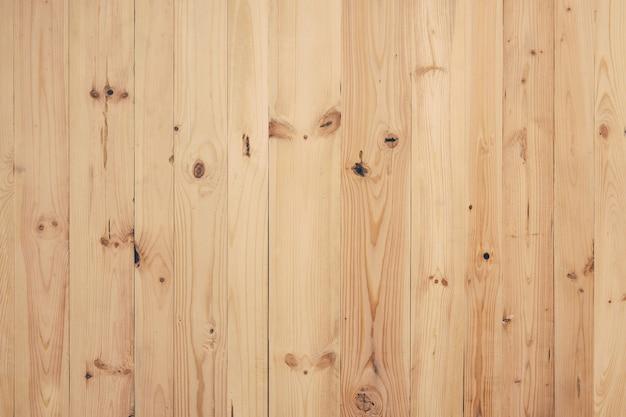Le plance di legno della tavolozza piallata recuperate non trattate crude scaldano il fondo giallo Foto Premium