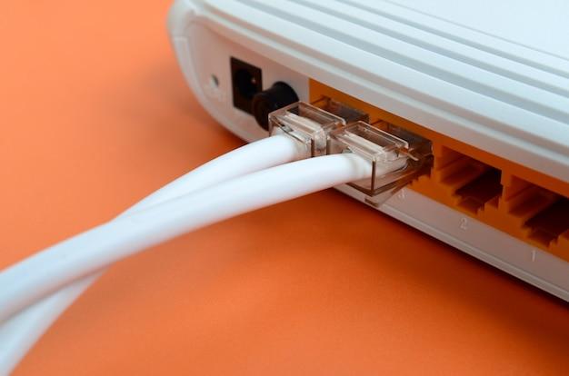 Le prese del cavo internet sono collegate al router internet Foto Premium