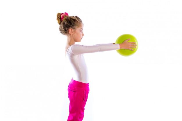 Le ragazze bionde del bambino di forma fisica esercitano la palla di yoga di allenamento Foto Premium