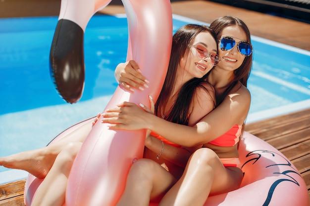Le ragazze in estate fanno festa in piscina Foto Gratuite