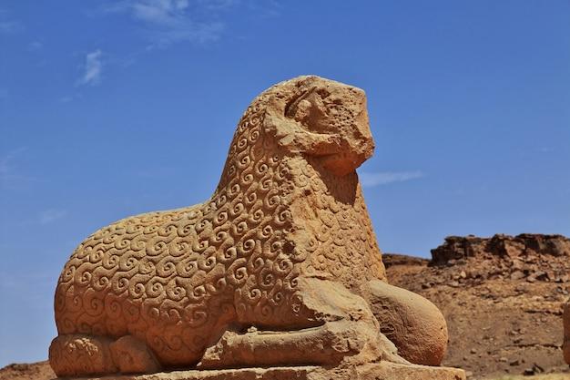 Le rovine di un antico tempio egizio nel deserto del sudan, nubia Foto Premium