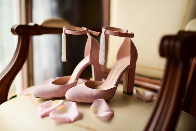 Scarpe Sposa Rosa.Le Scarpe Da Sposa Rosa Stanno Su Una Sedia Con Petali Di Rosa