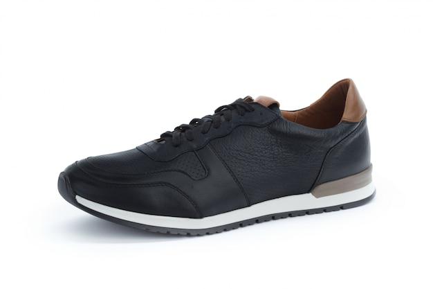 Le scarpe da tennis maschii si chiudono su isolato su bianco Foto Premium