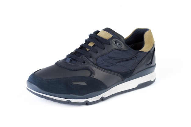 Le scarpe da tennis maschii si chiudono su isolato su fondo bianco Foto Premium