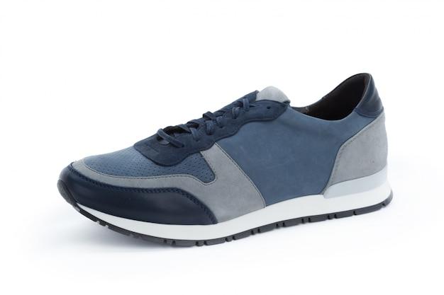 Le scarpe da tennis maschii si chiudono su isolato Foto Premium