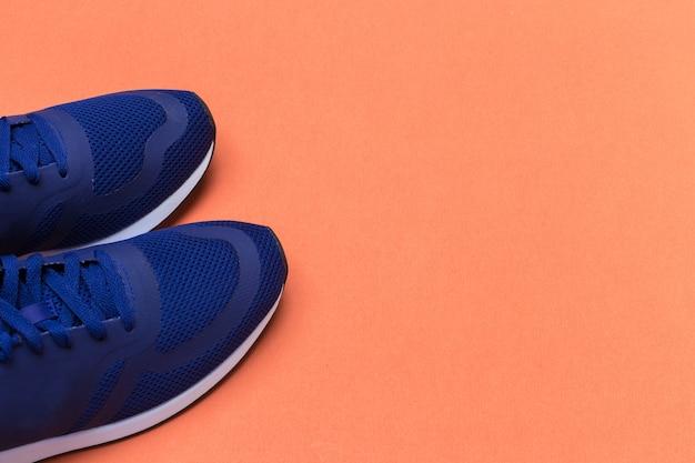 Le scarpe da tennis sportive blu si chiudono su, concetto di forma fisica Foto Premium