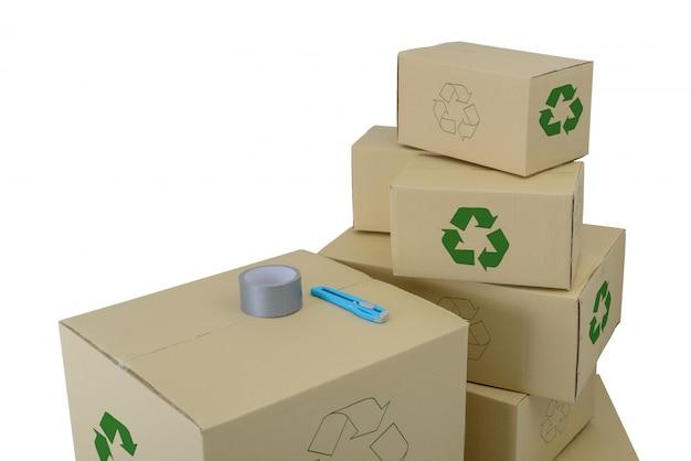Le scatole con riciclano firmano dentro le scatole impilate di dimensioni differenti isolate su bianco Foto Premium