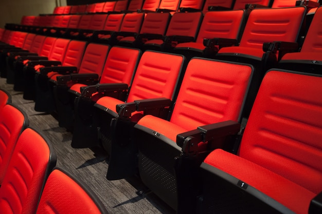 Le sedie rosse senza persone al cinema Foto Premium