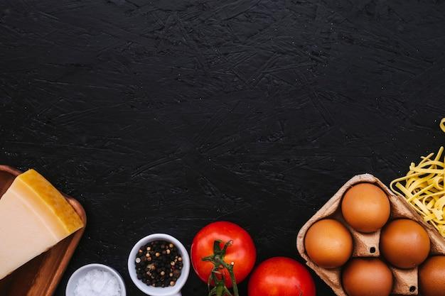 Le spezie si avvicinano agli ingredienti della pasta Foto Gratuite