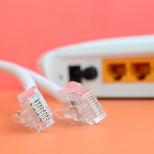 Le spine del cavo internet e del cavo internet si trovano su un arancione brillante Foto Premium