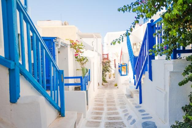 Le stradine dell'isola con balconi blu, scale e fiori. Foto Premium