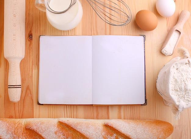 Le uova infarinano il latte e sbattono su un fondo di legno Foto Premium