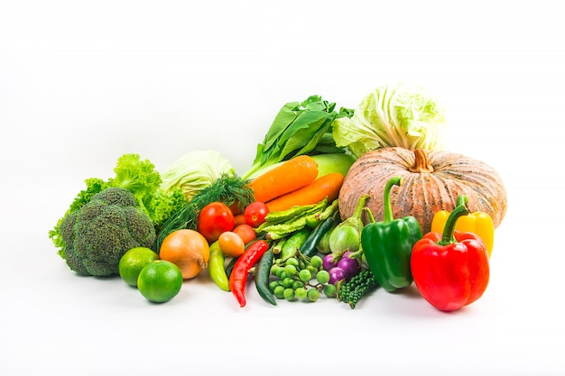 Le verdure dell'accumulazione hanno isolato la priorità bassa bianca Foto Premium