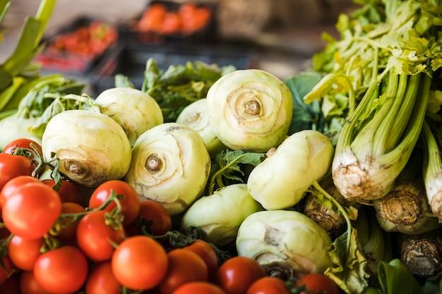 Le verdure fresche del raccolto si bloccano nel mercato di un agricoltore Foto Gratuite