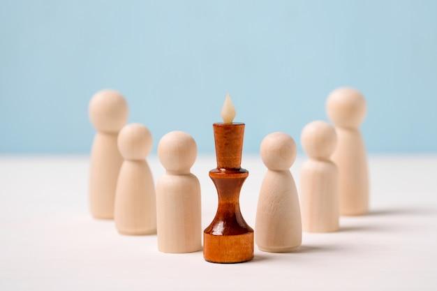 Leader, concetto vincitore. supervisore competente. figure in legno per il re. Foto Premium