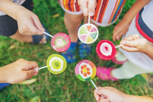 Lecca-lecca nelle mani dei bambini Foto Premium