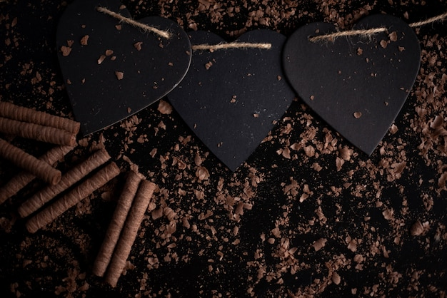 Lecca-lecca rosso, a forma di cuore, isolato su uno sfondo nero Foto Premium