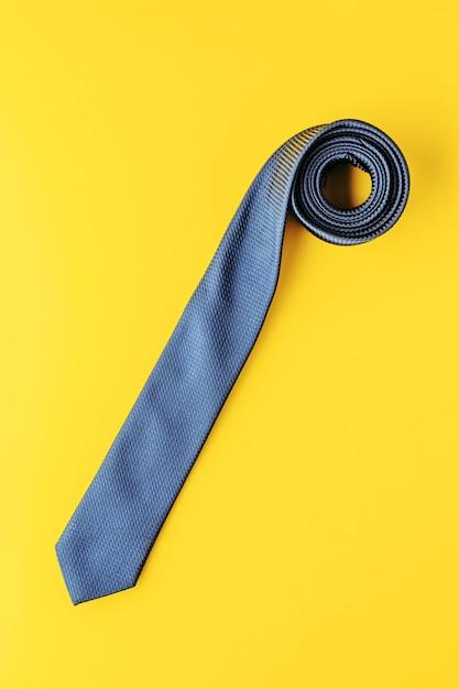 Legame blu sulla vista superiore gialla Foto Premium