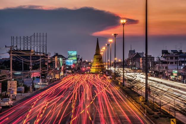 Leggero traffico sulla strada di notte attorno alla pagoda, ayutthaya. tailandia Foto Premium