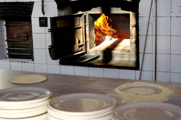 Legno rovente che brucia all'interno della stufa Foto Premium