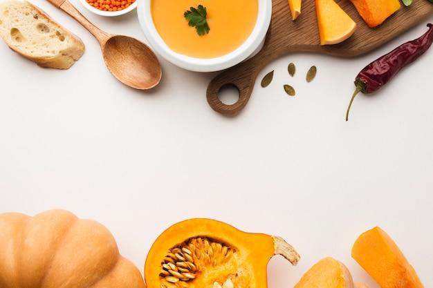 Lenticchia ed ingredienti di zucca affettati vista superiore con lo spazio della copia Foto Gratuite