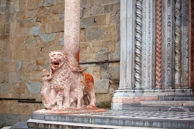 Leoni che sostengono le colonne, basilica di santa maria maggiore, Foto Premium